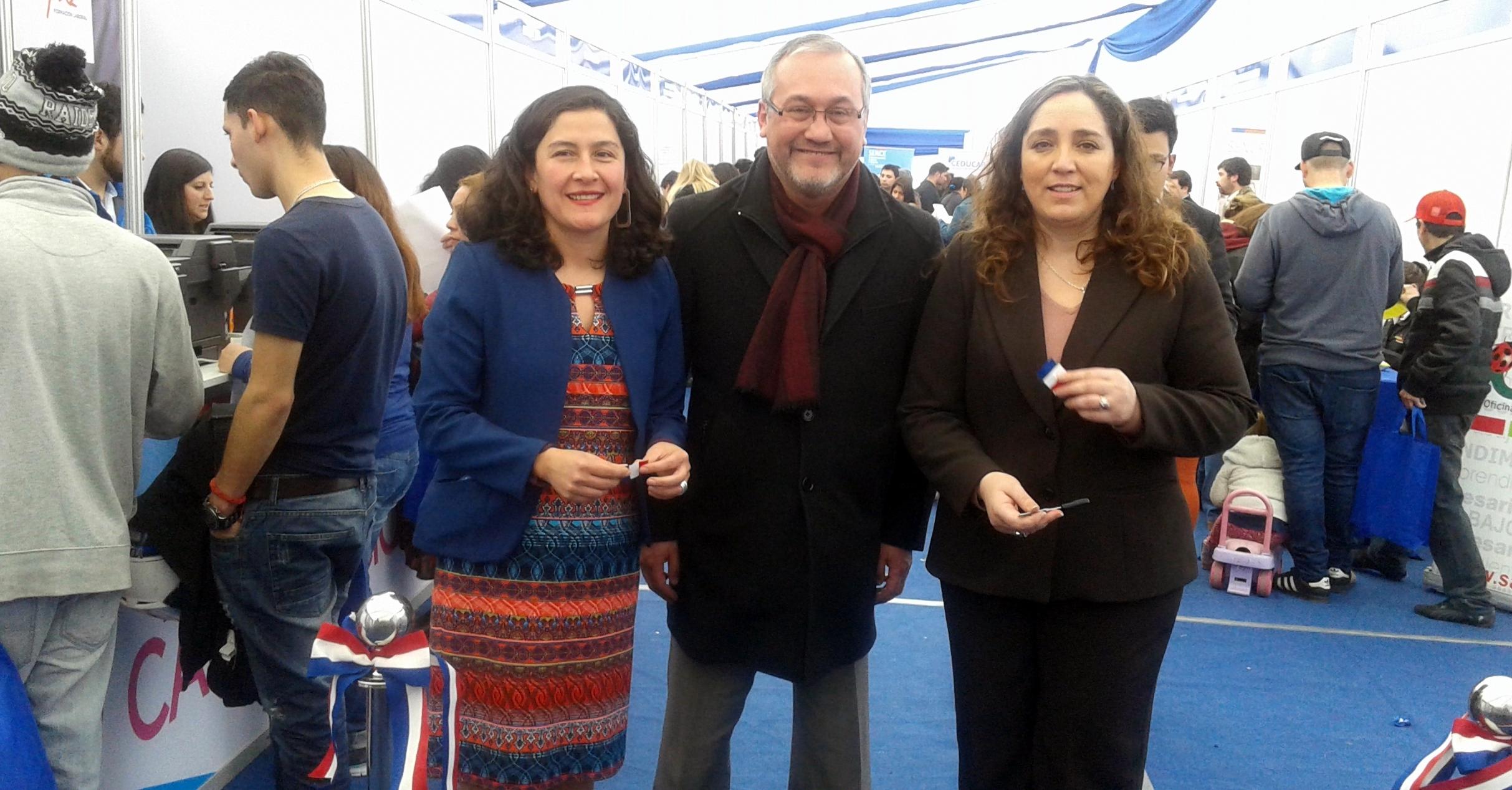 La directora regional Metropolitana, Dinka Tomicic junto al alcalde de San Joaquín, Sergio Echeverría inauguraron la Feria de Capacitación la cual convocó a más de 750 personas.